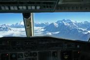 Вид из кабины самолета на Гималаи